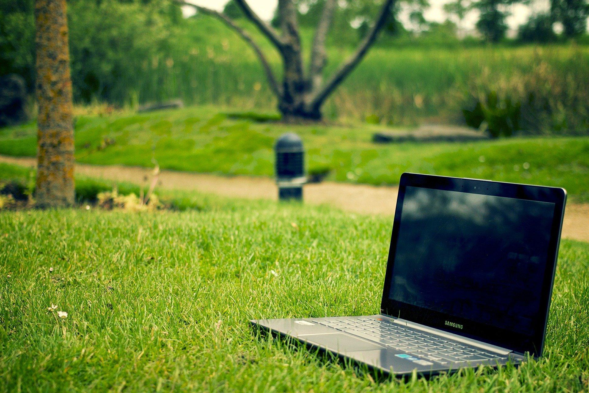 Lapttp große Rasenfläche notebook-405755_1920