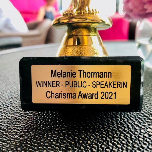 Pokal Charisma Award Schrift - mobil